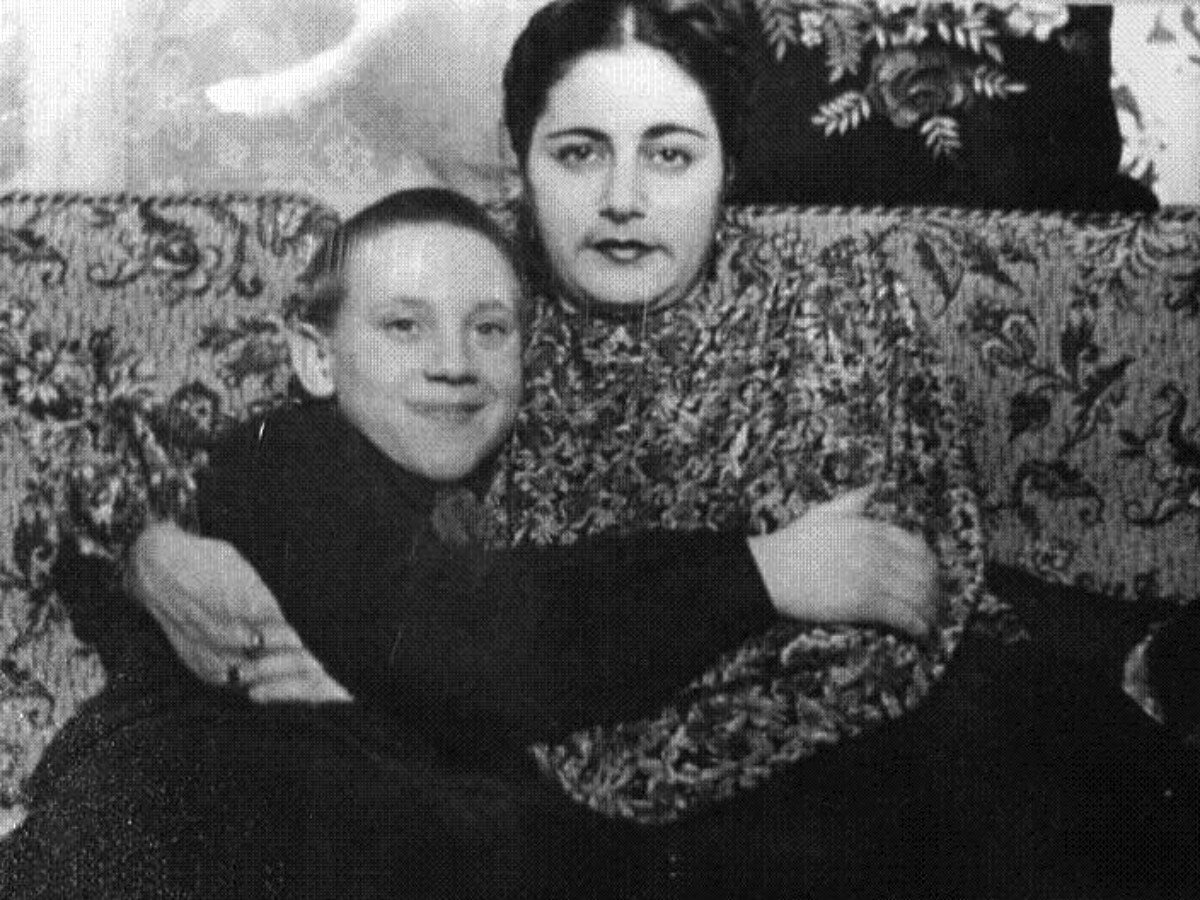 1949. Евгения Степановна Лихолатова и Володя Высоцкий в квартире на Большом Каретном