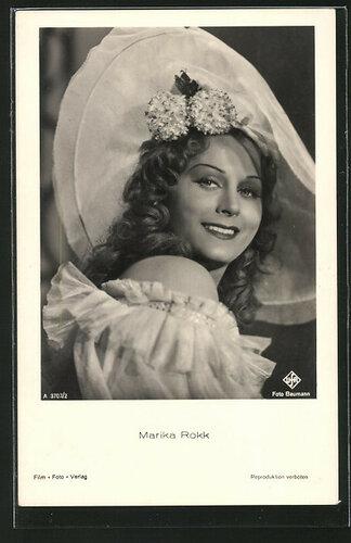 AK-Schauspielerin-Marika-Roekk-mit-Kleid-und-Hut.jpg