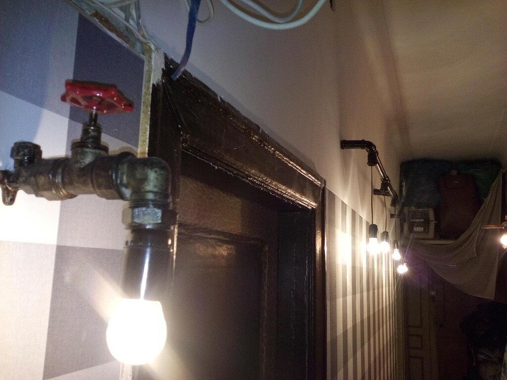 Светильники в стиле лофт из водопроводных труб: освещение коридора и подсветка зеркала. Квартира в старинном доме на Московском проспекте (Адмиралтейский район Санкт-Петербурга), январь 2016 года.