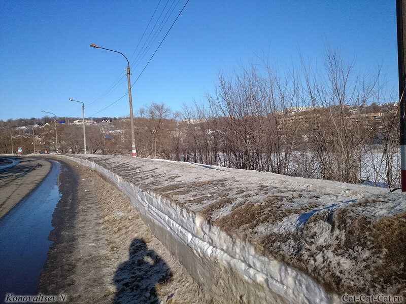 Снег вдоль дороги