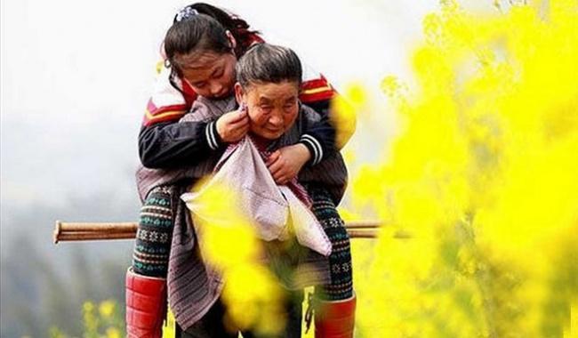 Почти 5лет каждый день 66-летняя бабушка изкитайской провинции Сычуань носила наспине свою 14-лет