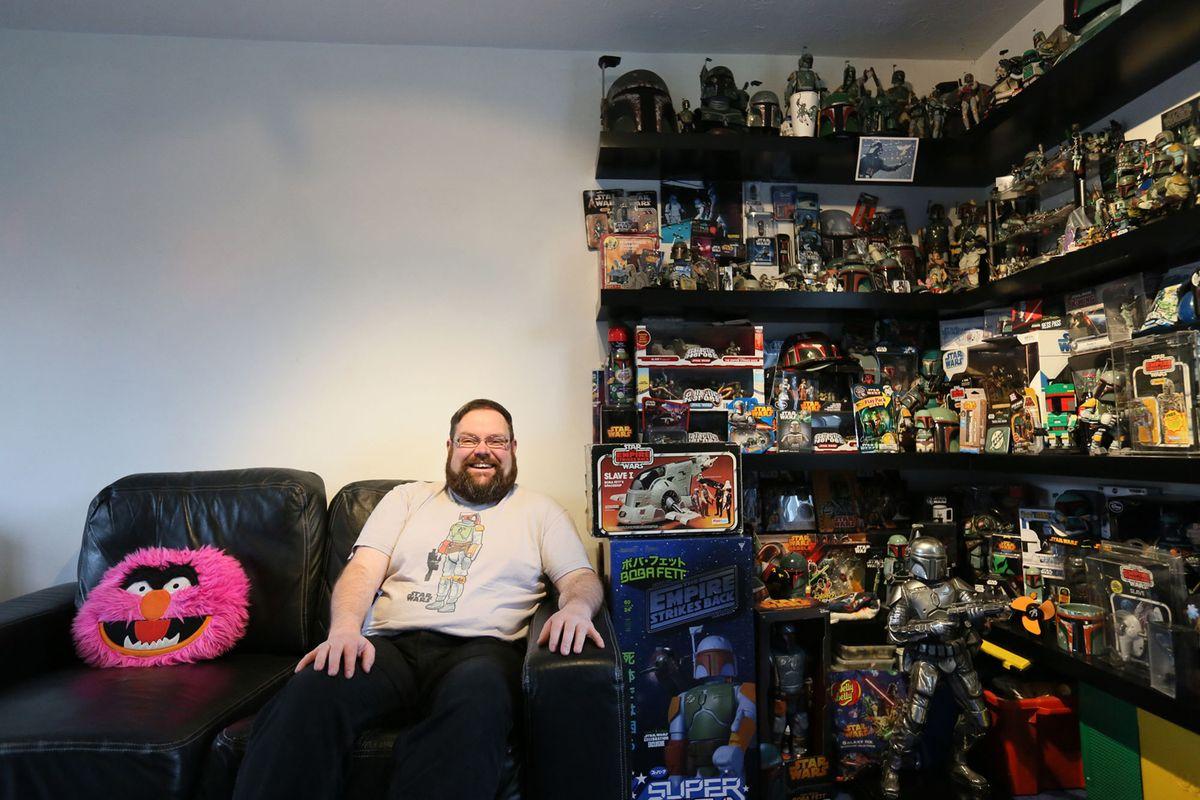 10. Мэтт Букер, 38 лет, фотографируется с частью своей коллекции дома в Коршеме, графство Уилтшир, 2
