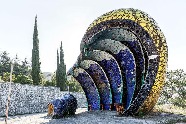 Огромная волна или ракушка немного напоминает яркой и замысловатой мозаикой Гауди. Остановка, спроек