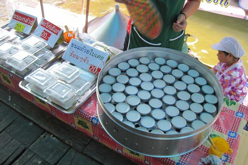 Тайский десерт из выпаренного на водяной бане кокосового молока - плавучий рынок Талинг Чан, Бангкок