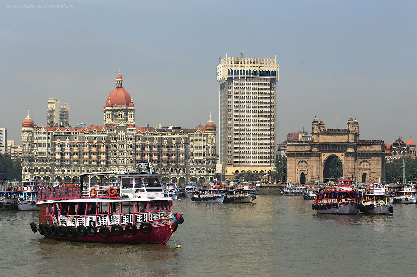 Фотография 1. Вид на арку «Ворота в Индию», отель Тадж-Махал Палас и паромы у них. Отзывы туристов о самостоятельной поездке в Мумбаи. Камера Canon EOS 6D с объективом Canon 70-200mm f/4. Настройка: 1/500, 0eV, f9, 70mm, ISO 100.