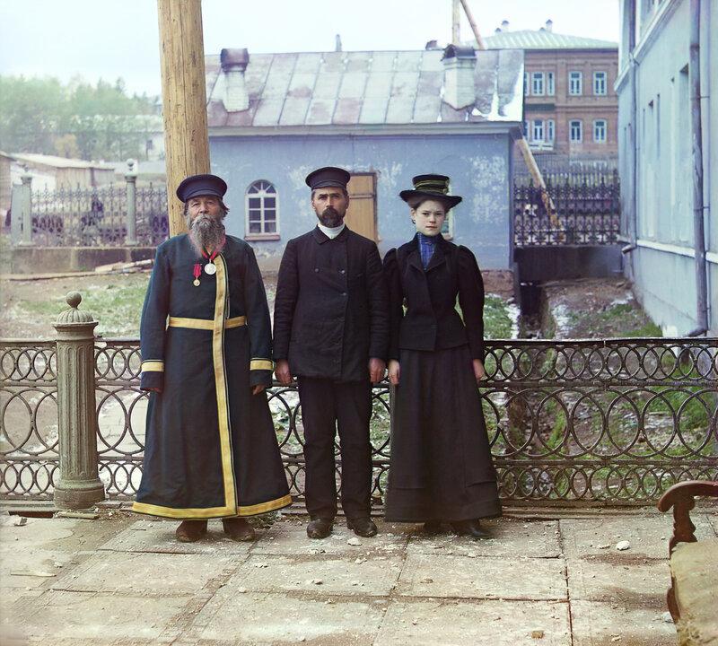 Tri poko 00542u Три поколения. А.П. Калганов с сыном и внучкой. Двое последних работают в мастерских Златоустовского завода. 1910.jpg