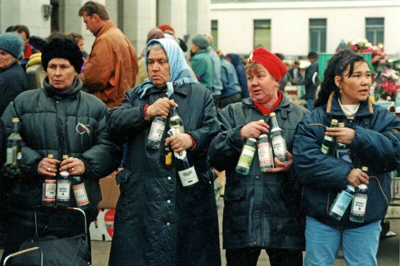 433692 Продажа алкогольной продукции с рук у Ярославского вокзала Станислав Шаклеин 1992.jpg