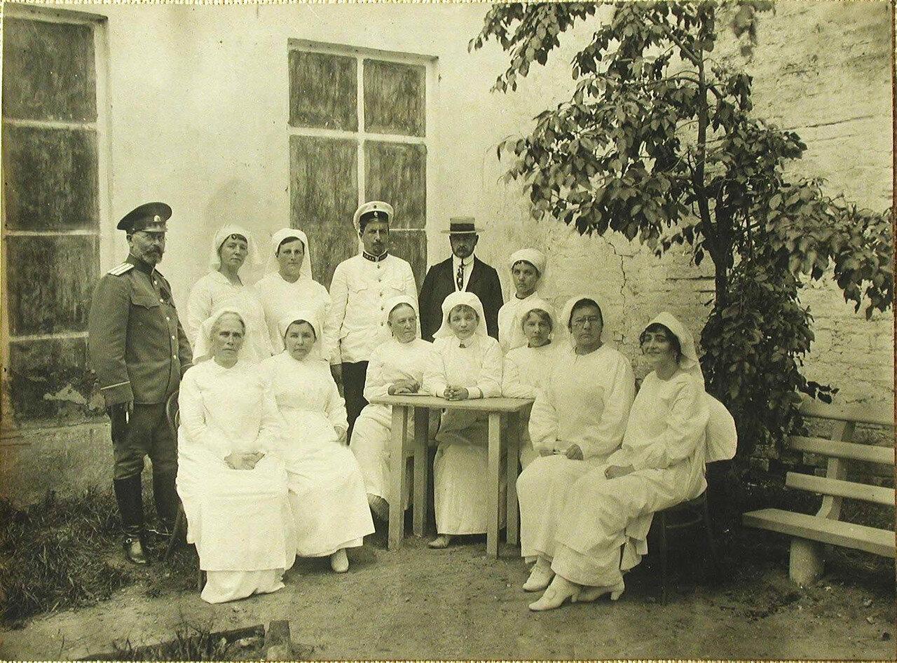 03. Группа членов комитета Красного Креста во дворе госпиталя