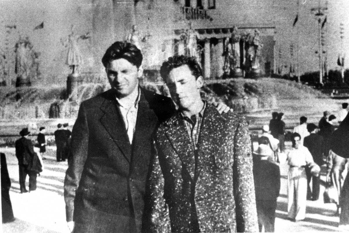 1959. Давид Половинчин и Владимир Высоцкий на ВДНХ. Фото Михаила Яковлева