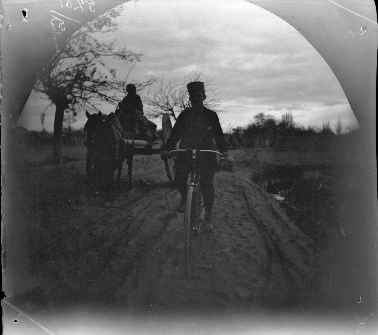 2 ноября. Томас Аллен на своем велосипеде обгоняет телегу по дороге в Бухару