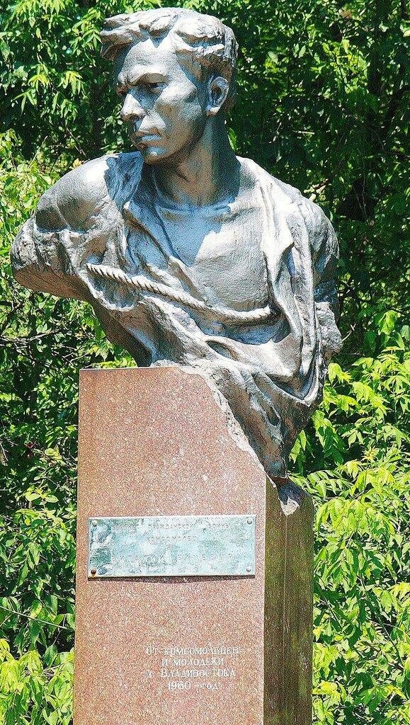 1200px-Памятник_герою-комсомольцу_Виталию_Баневуру_во_Владивостоке_2.jpg
