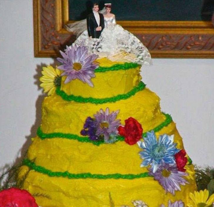 Кажется, и этот торт с искусственными цветами сейчас «поплывет».