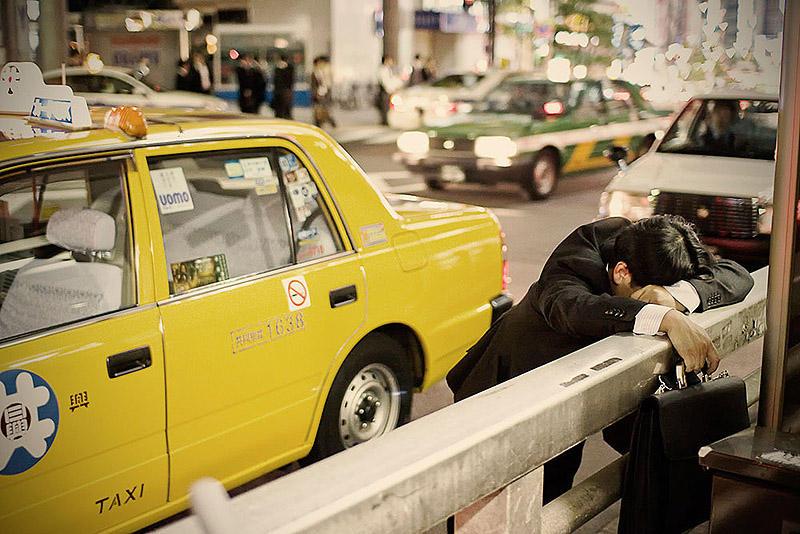 Изнуренные работой жители Токио, спящие на улице (9 фото)