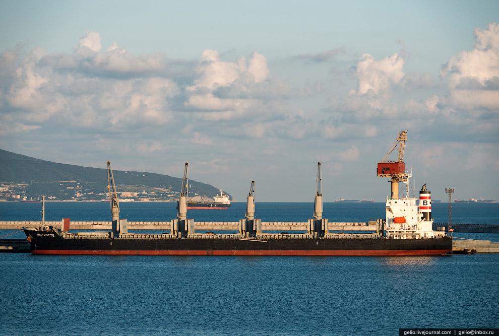 37. Суда, которые прибывают в Новороссийский морской торговый порт, подходят к причалам не в одиночк