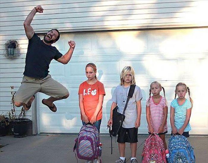 Родители отправляют детишек в школу