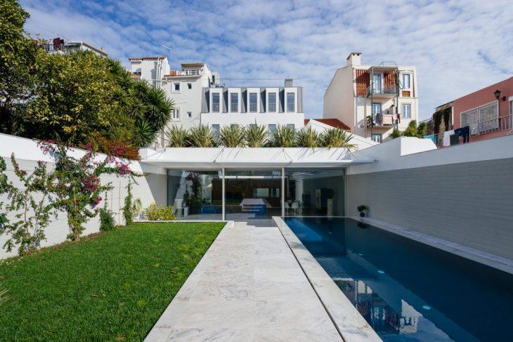 Aurora Arquitectos   designed this inspiring mid-century single family located in L