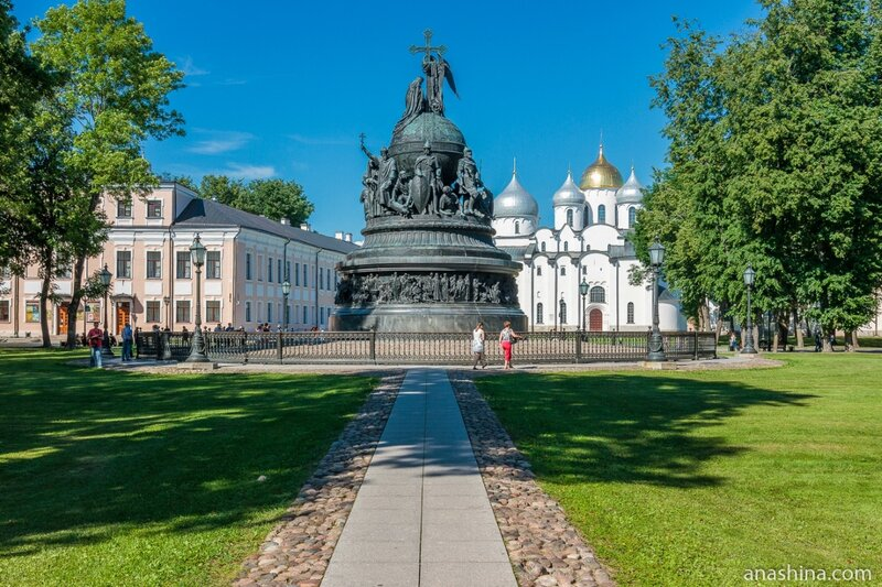 Памятник «Тысячелетие России» и Софийский собор, Великий Новгород