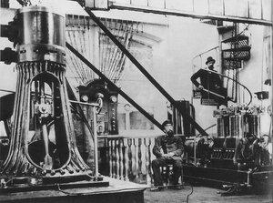 Н. Г. Славянов в главном зале заводской электростанции у динамо-машины собственной конструкции