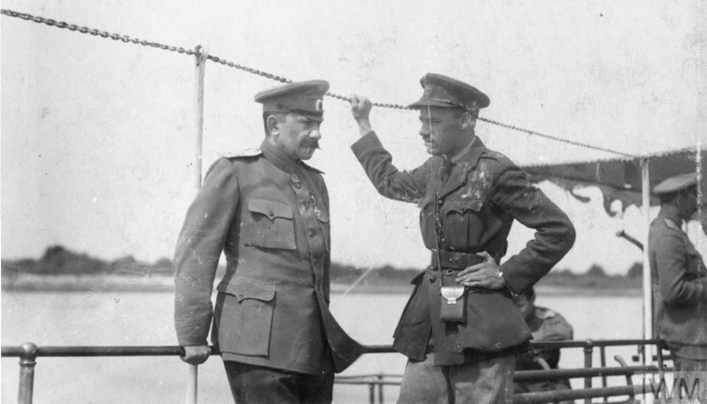 Генерал Африкан Петрович Богаевский, атаман донских казаков, беседует с британским офицером Ангусом Кэмпбеллом