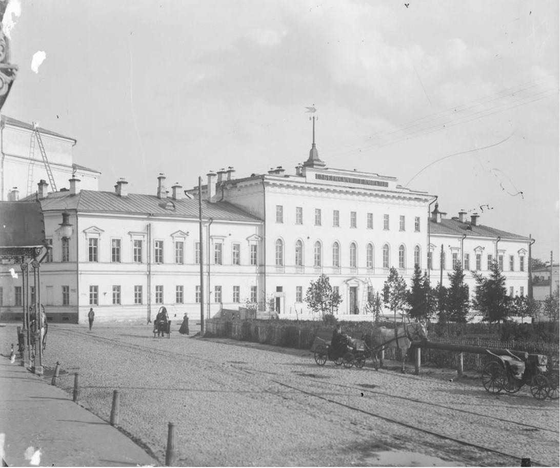 Благовещенская площадь. Здание мужской гимназии