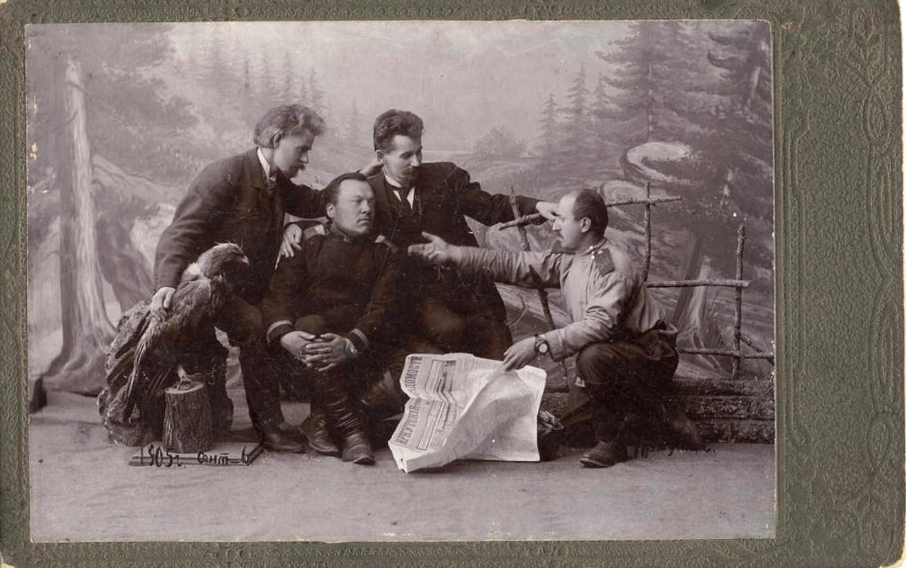 Группа мужчин с газетой «Иркутские ведомости». 1905