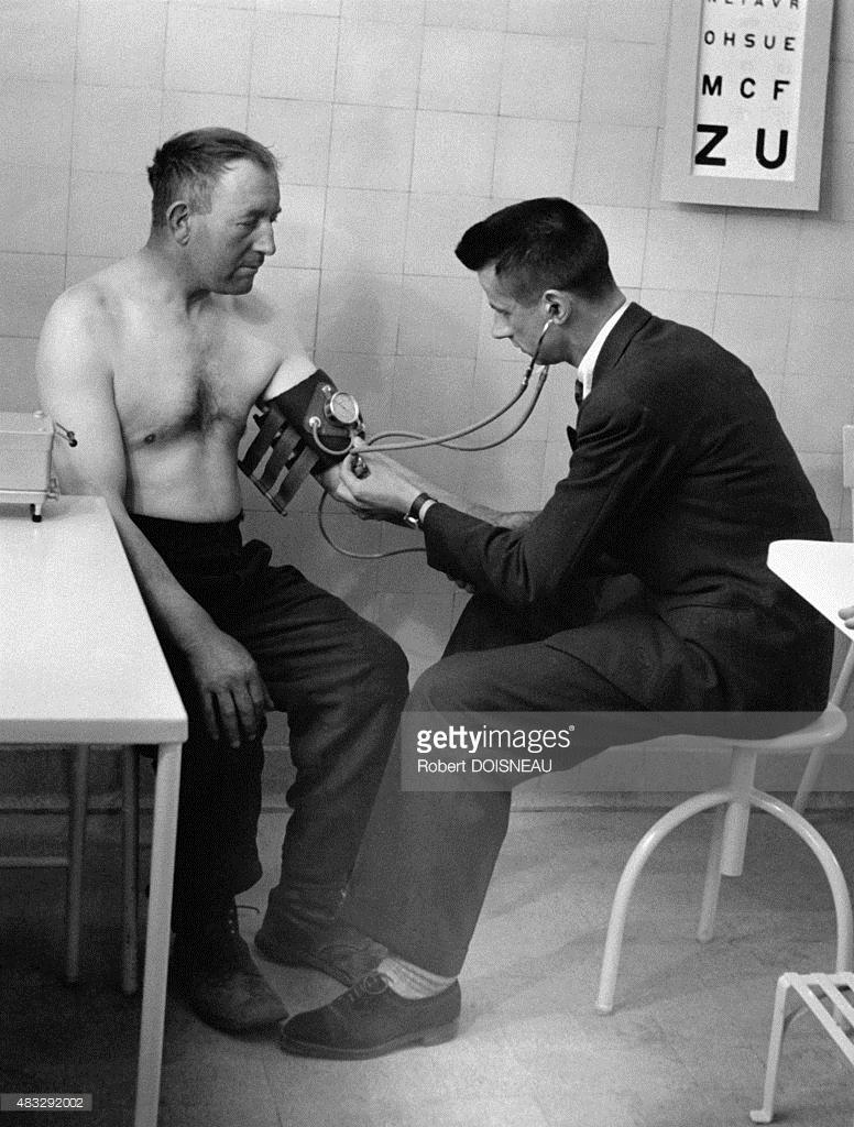 1945. Доктор измеряет давление пациенту