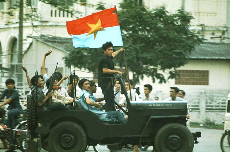 Люди на джипе с флагом ВРП (Временное революционное правительство) объявляют о прибытии северо-вьетнамских танков. 30 апреля