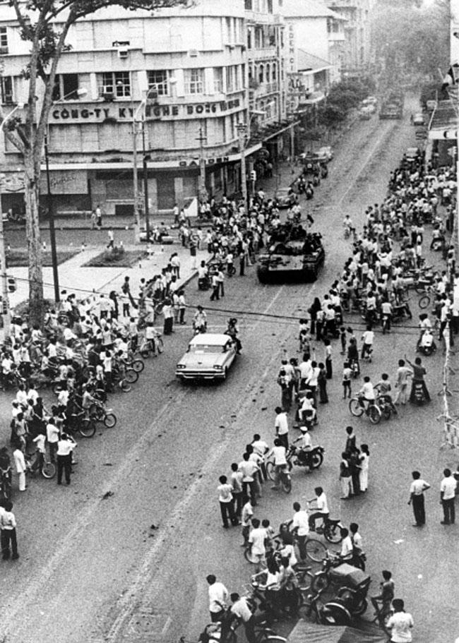 Коммунистические силы входят в город Сайгон, 30 апреля 1975