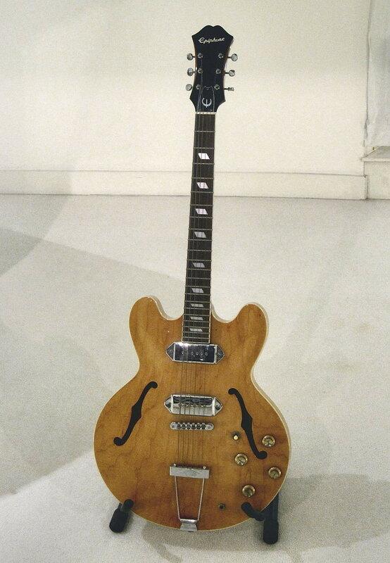 John_Lennon's_guitar,_Imagine_room_replica_of_the_Beatles_Story_museum.jpg