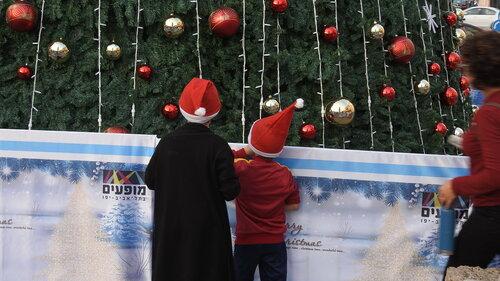 Дети у ёлки в городе Яффо