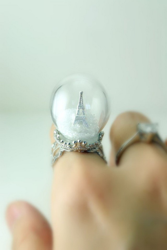 17. «Зима в Париже» Кольцо в виде стеклянного шара, внутри которого находится заснеженная Эйфелева б