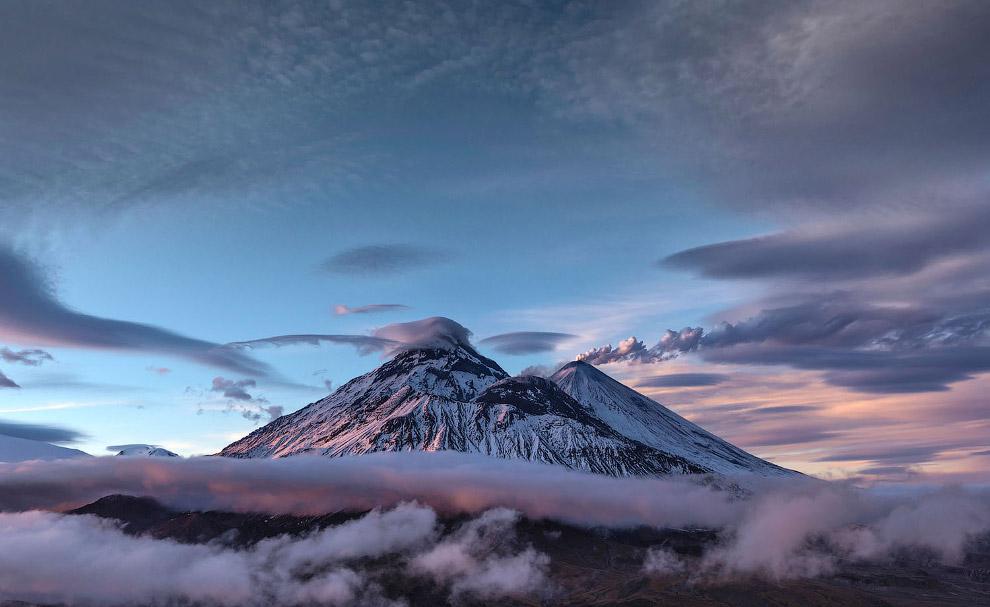 8. Большинство активных вулканов в «свободное от работы время» выпускают в атмосферу водяной пар и д