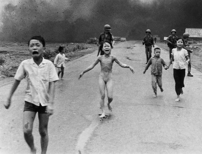 Фан Тхи Ким Фук (в центре) вместе с другими детьми бежит после того, как южновьетнамские (американск