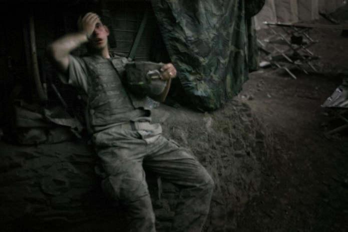 Коренгальская долина, Афганистан. Брэндон Олсон опирается на насыпь в бункере Restrepo в конце дня.