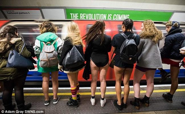 Некоторые предпочитали снять верхнюю одежду, чтобы выглядеть более стильно, другие оставались в курт