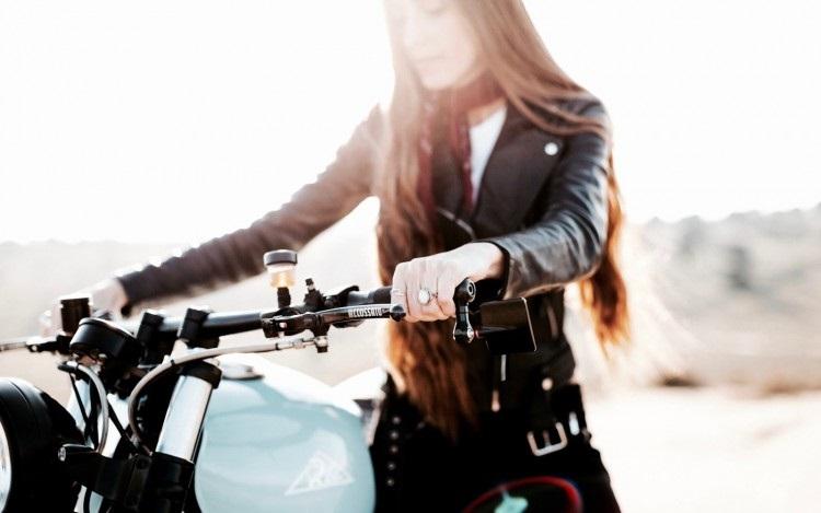 Девушка и кастом Kawasaki Zephyr 1100