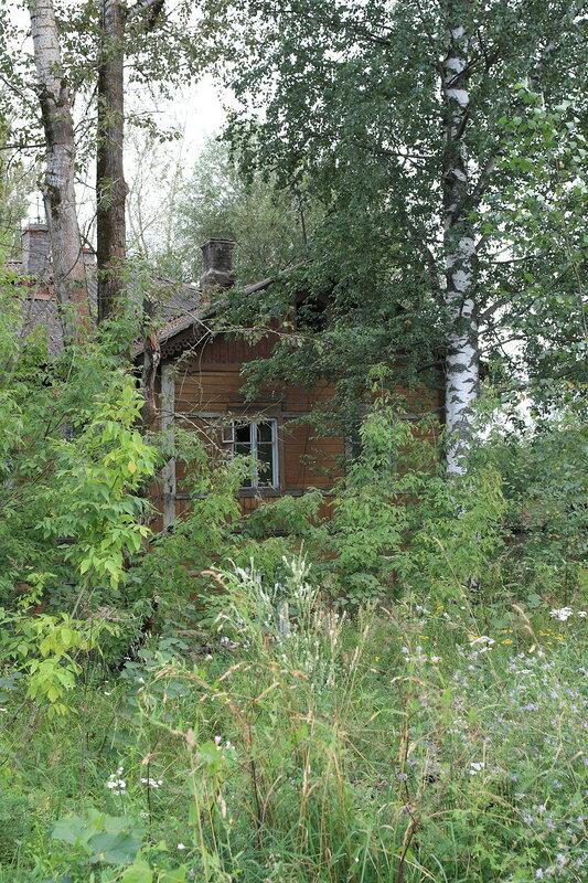 Заброшенный пристанционный жилой дом
