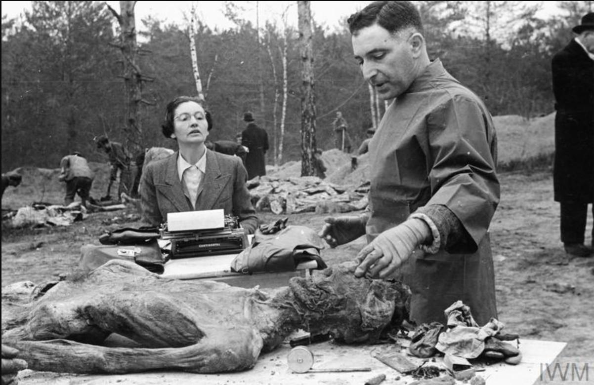 Член Международной медицинской комиссии - д-р Винченцо Пальмири, профессор судебной медицины и криминологии в Университете Неаполя, диктует результаты обследования тела своему личному помощнику в Катынском лесу 30 апреля 1943 года