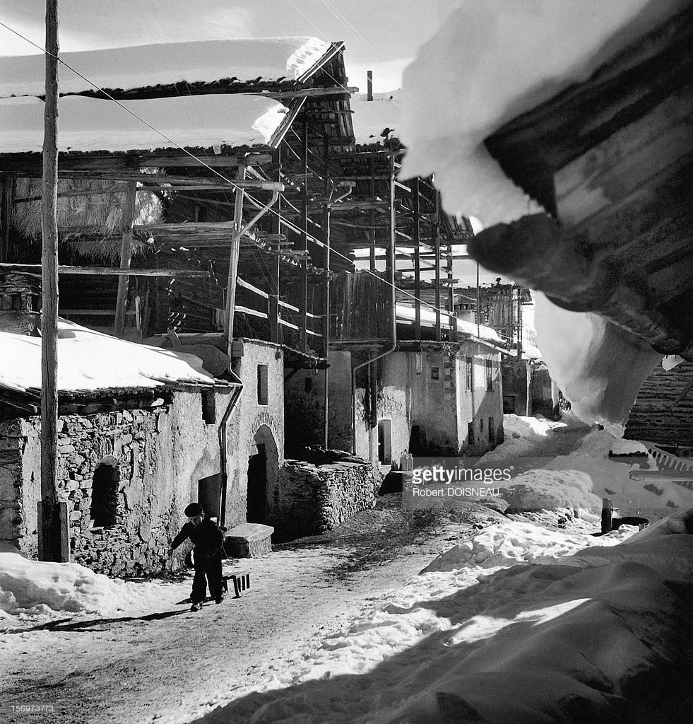1947. Ребенок тянет сани в Сен-Веране