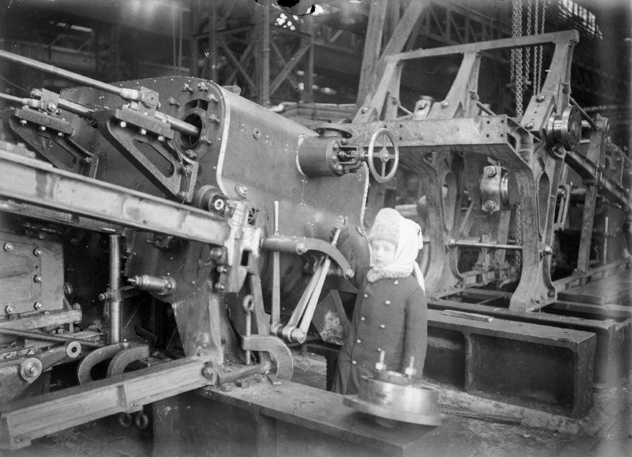 Г.В. Зевеке в детстве лет в машинном отделении парохода