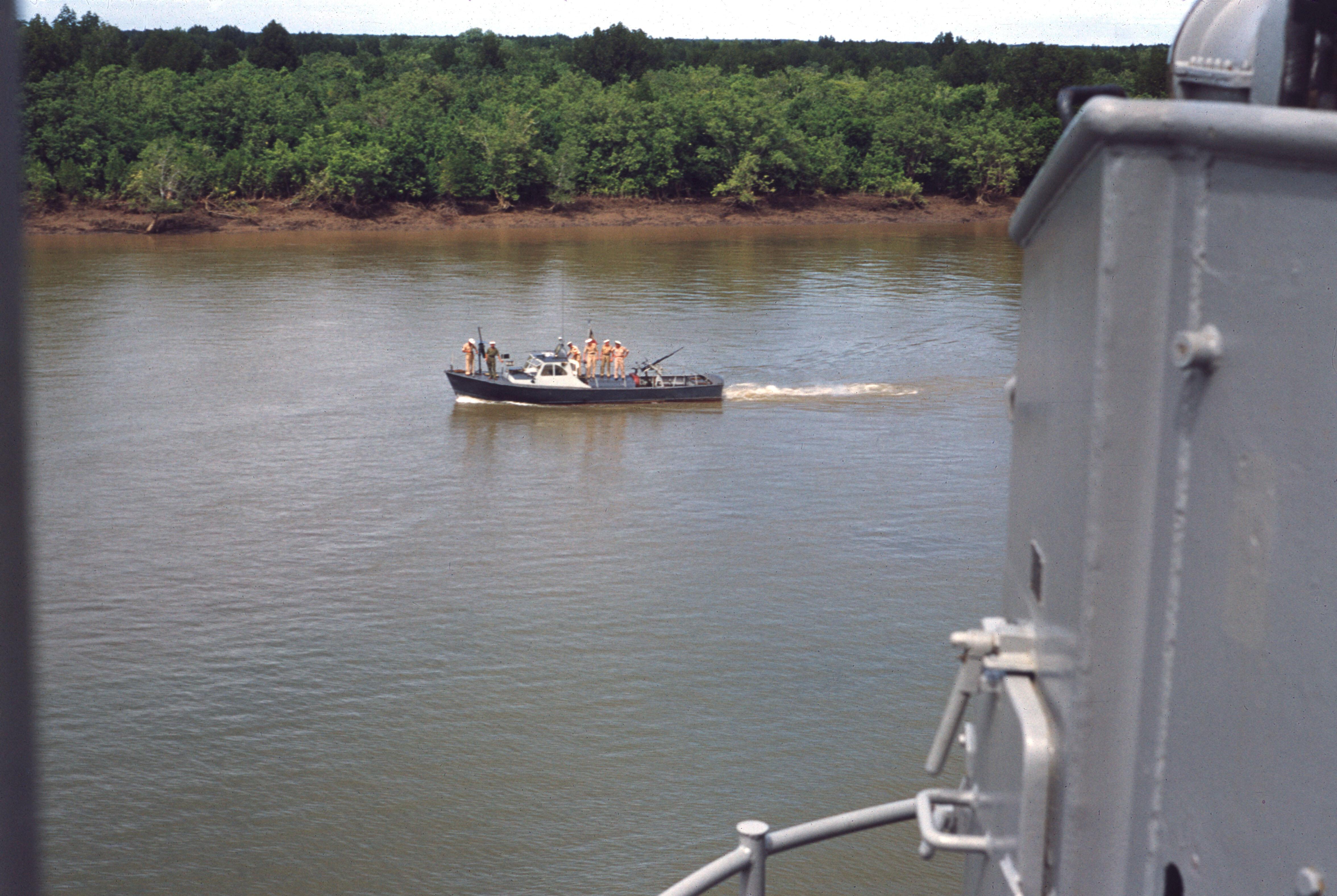 Река Сайгон. Катер сопровождения