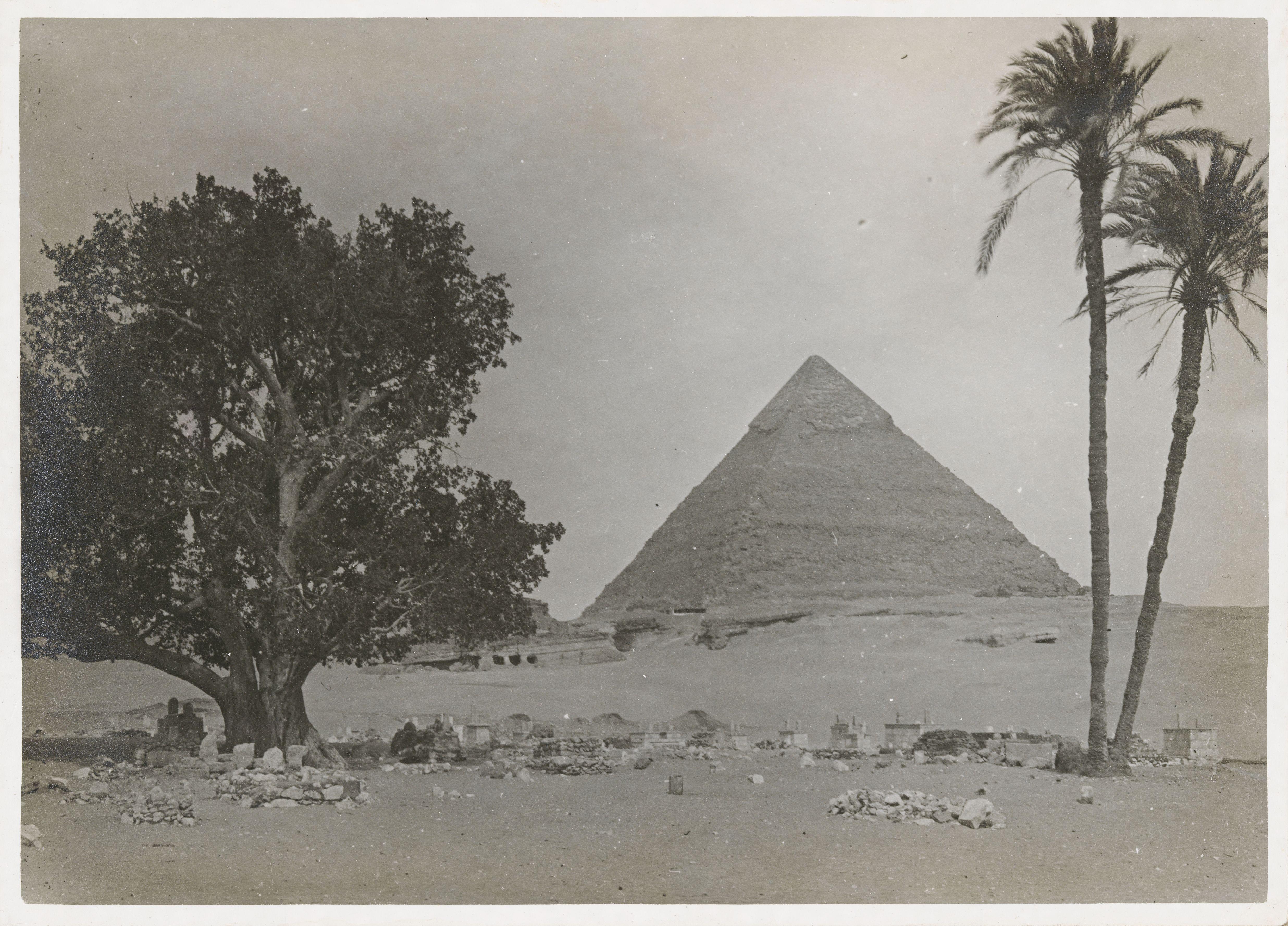 Гиза. Пирамида Хеопса, на переднем плане арабское кладбище