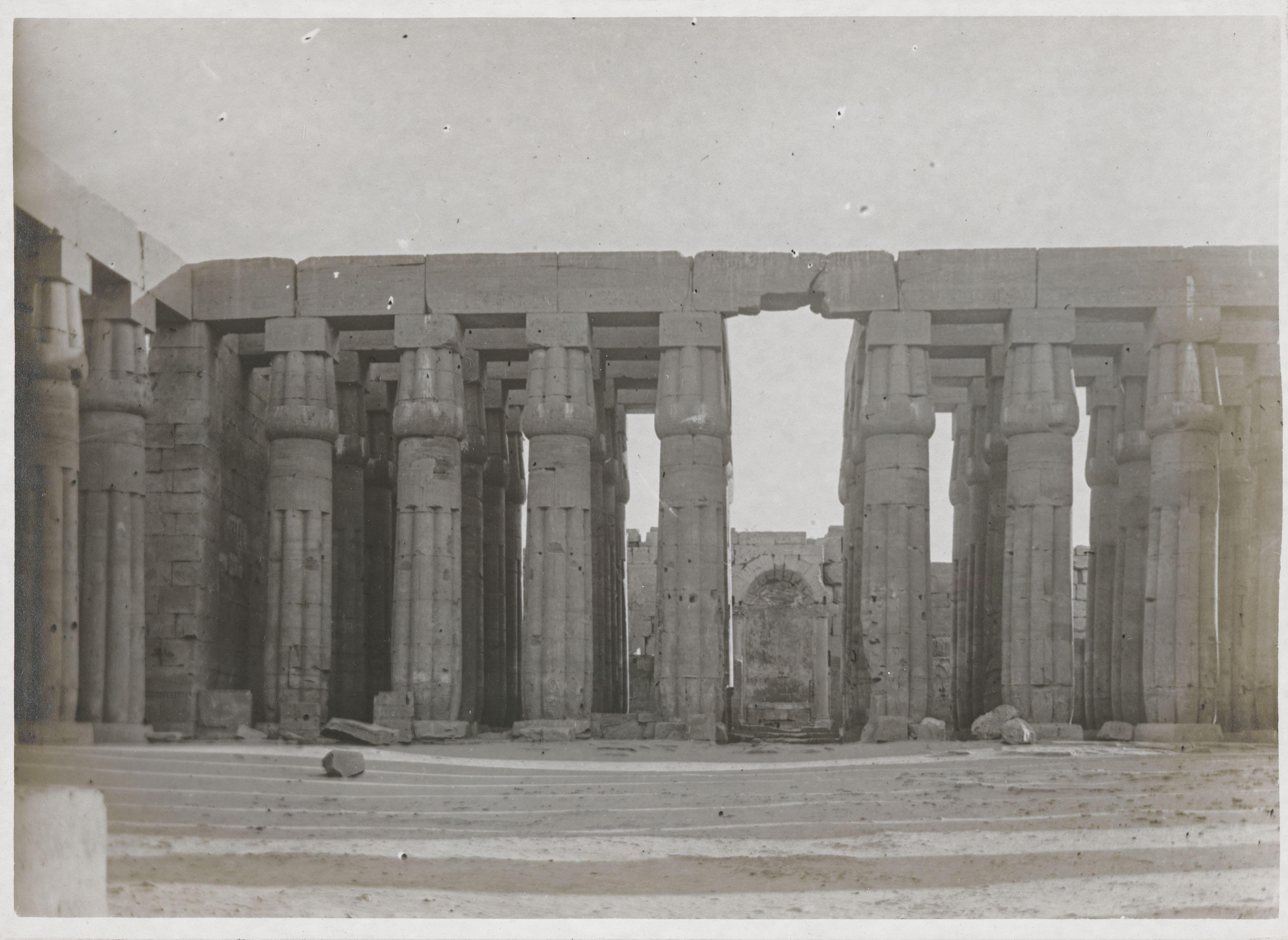 Луксор. Вид со второго двора на вестибюль храмового дома