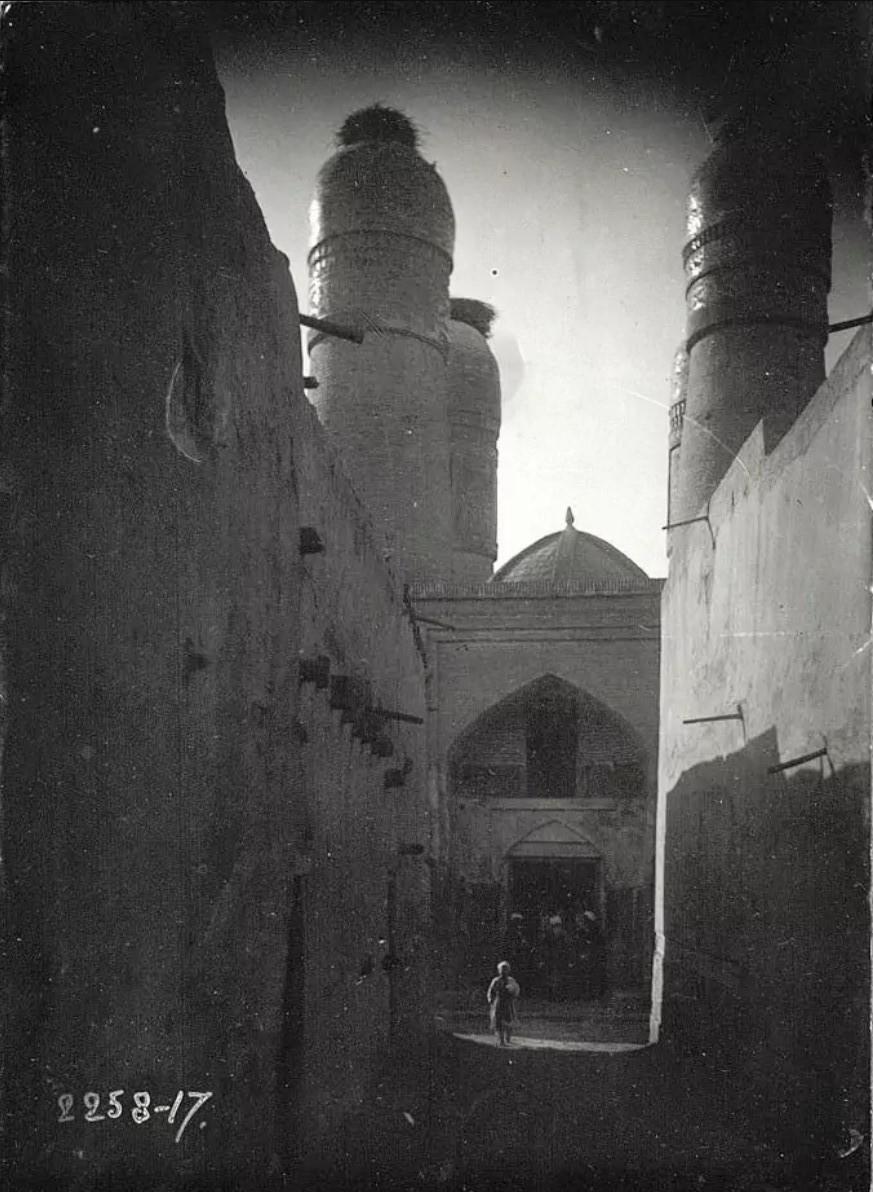 Вход в мечеть Чор-Минор с переулка