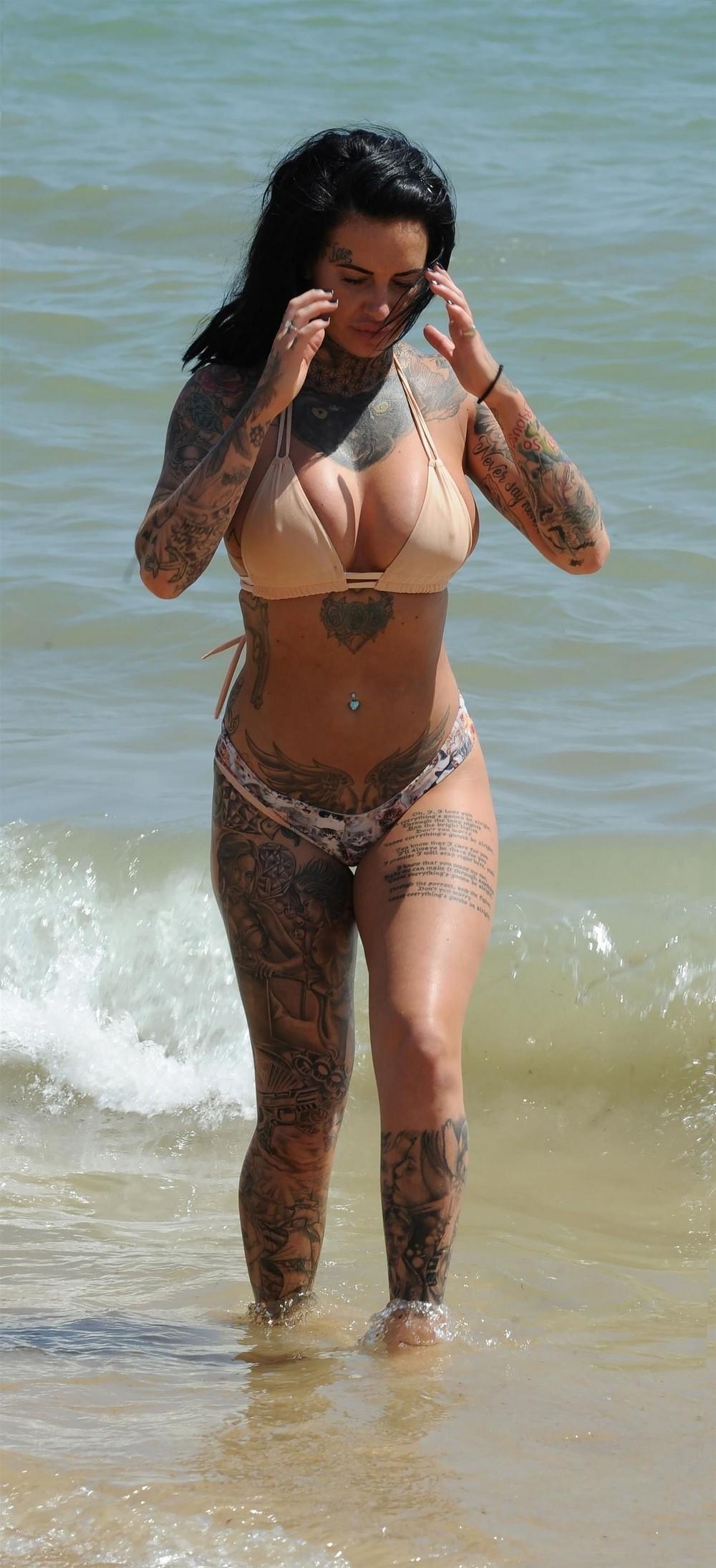Татуированная Джемма Люси в бикини