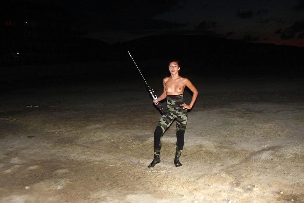 Яна готовится к ночной подводной охоте