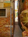 Улочка в Венеции. Люди в двух направлениях ходят поочереди!
