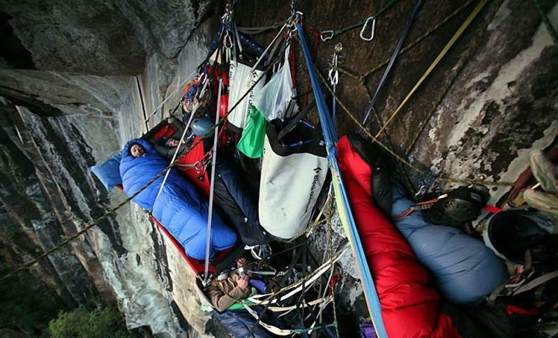 0 1806ab 155caebb orig - Ночевка альпинистов на отвесной скале