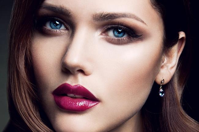 © DEPOSITPHOTOS  Скаштановым цветом волос сочетаются лилово-малиновые иярко-розовые оттенки,