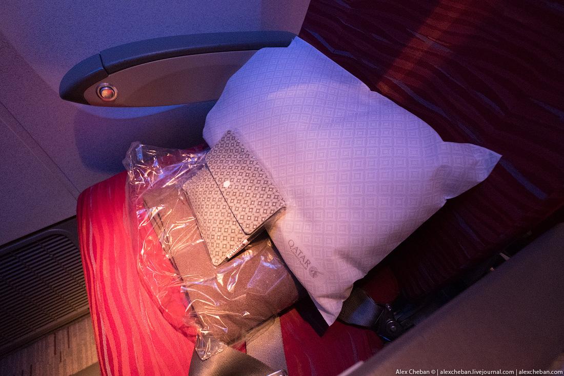 Одеяло, подушка, небольшой дорожный набор.